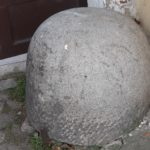 Kameny již nejsou zapuštěny v základech, ale volně položeny u portálu brány.